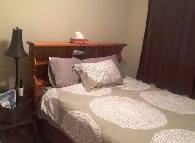Private room in quiet neighbourhood - Roundup - House