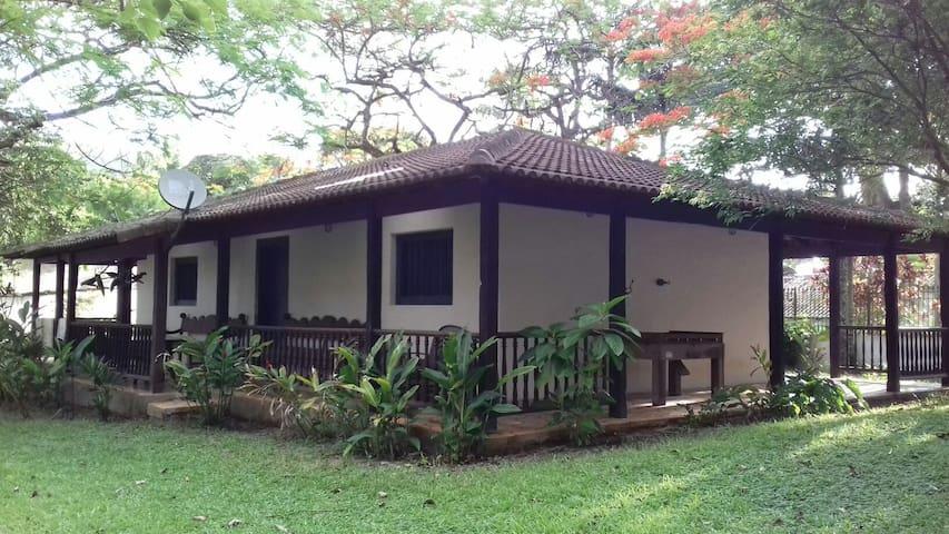 Casa colonial entre praia e jardim