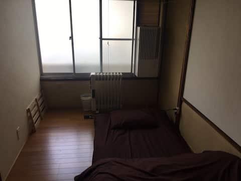 [W przypadku pobytów średnio- i długoterminowych] gwarantujemy, że będą najtańsze! Okayama Matinaka Shared House Inn! W pobliżu tramwaju i szpitala uniwersyteckiego [stary remont domu prywatnego]