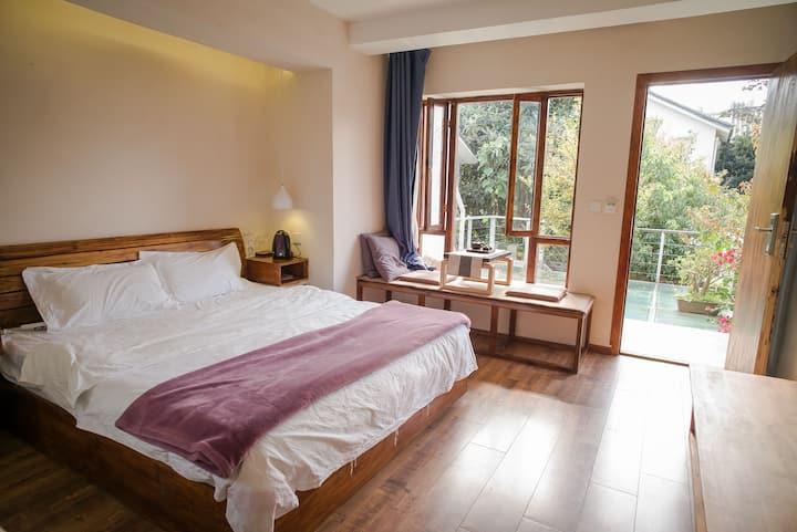 Garden-View Room, 1 King Bed, w/ Bathtub & AC, 2F