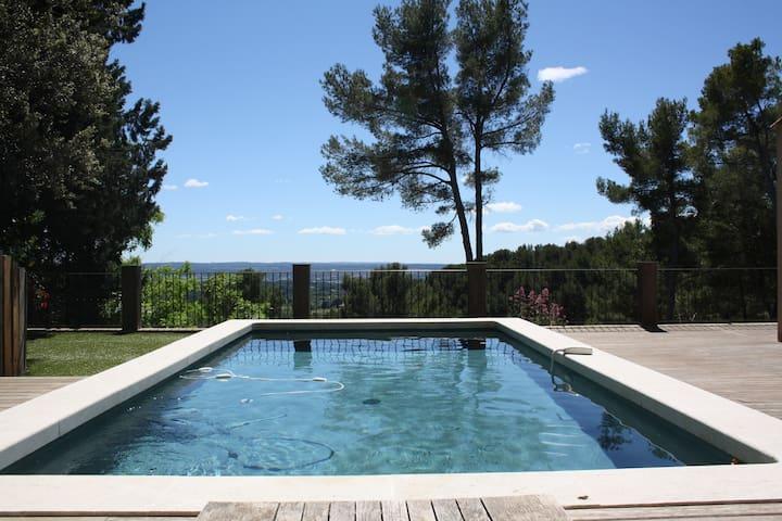 Piscine bassin avec vue imprenable sur la campagne aixoise.