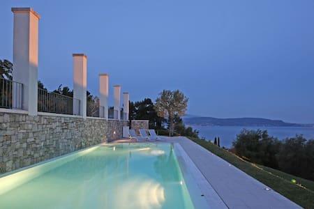 Villa Gardone - Stunning view - Gardone Riviera - วิลล่า