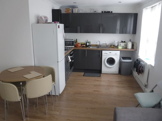 Cosy, Double-Sized Bedroom flat with FREE parking