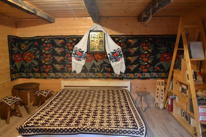 Rustic room in Drumul Carului