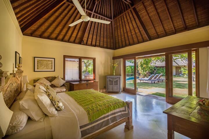 Beautiful King bed suite in luxury Sanur villa B&B - Denpasar Selatan - Hus