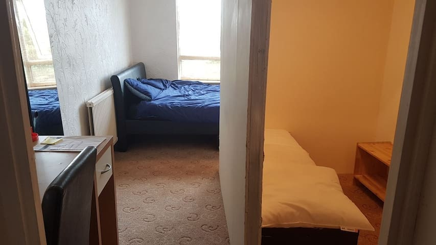 Cosy room 20 minutes from central London