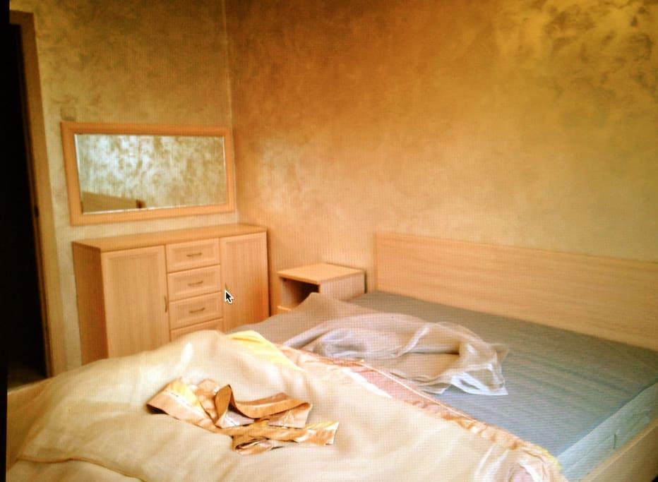 Спальня (двухспальная кровать, комод, две тумбочки, зеркало)