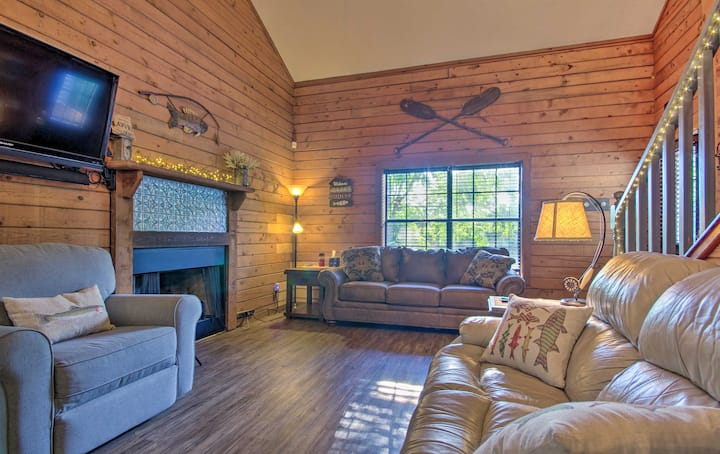 NEW! Charming Branson Getaway w/ Fireplace & Porch