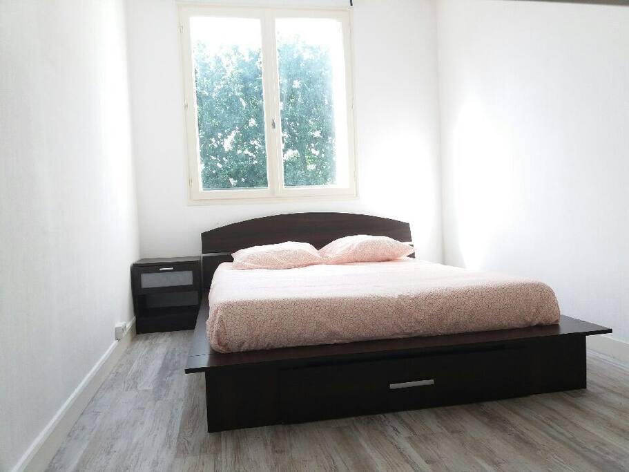 Chambre 1 : lit double, bureau encastré et placard.
