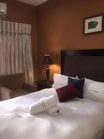 Kwa Mkhabele Lodge Madiba Room - Johannesburg South - Appartement