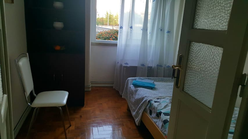 Single room in quite area with good connections - Amadora - Apartamento