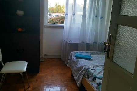Single room in quite area with good connections - Amadora