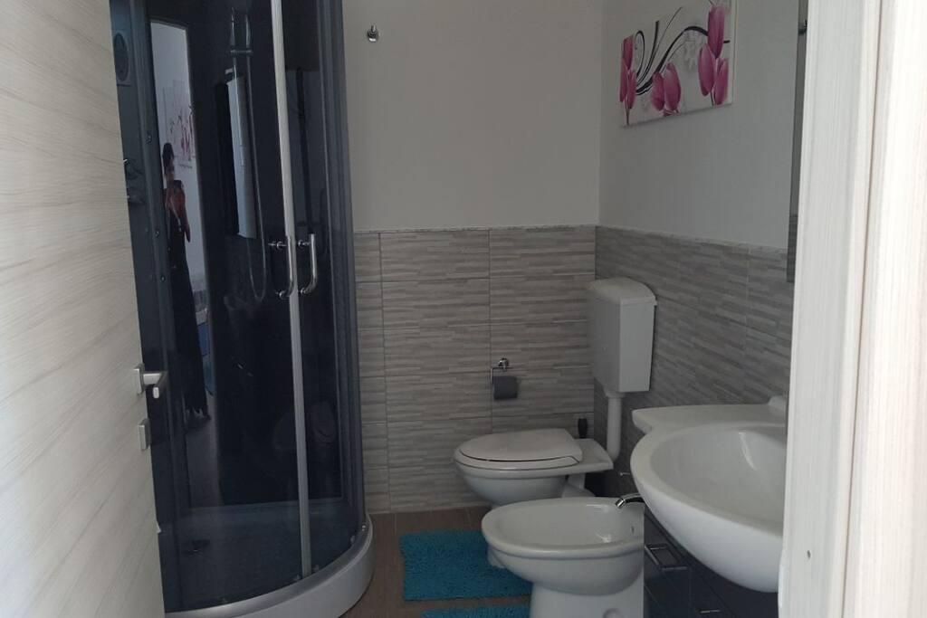 Bagno con cabina doccia con idromassaggio