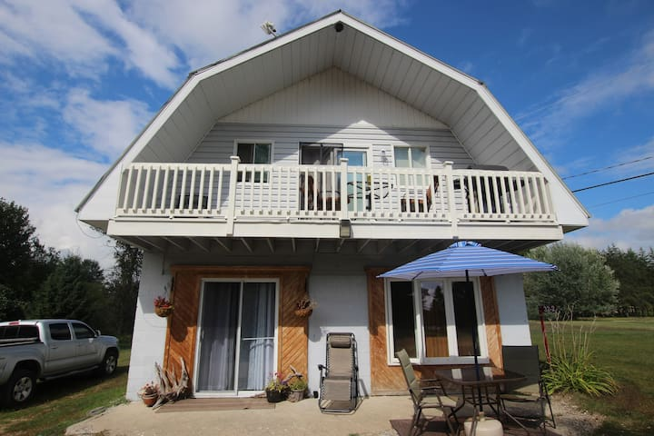 Cozy 2 bed Cottage + 2 acres to enjoy!
