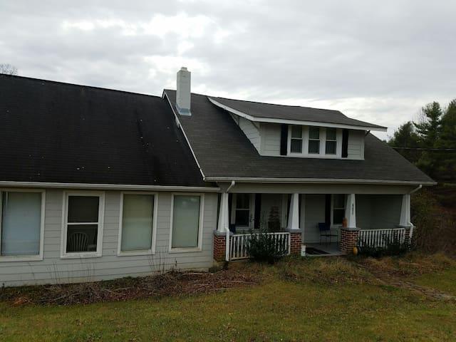 Farmhouse on the Parkway near Boone - Boone - Dům