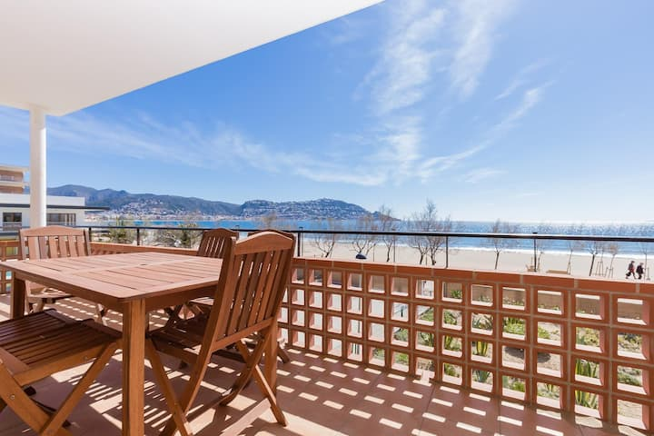 Beautiful apartment completely renovated, in front of the sea with a splendid panoramic vi