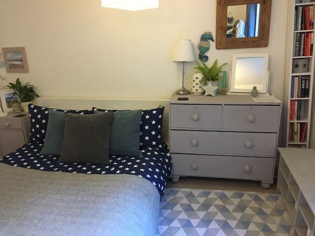 Double room in stunning Brighton seafront cottage!