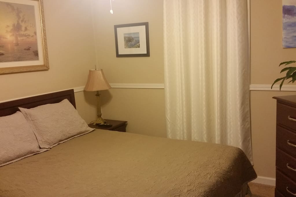queen bed, tv, new linen, ceiling fan, closet, loaded cable tv