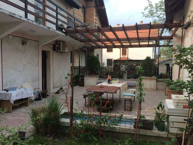 Room in spacious house with terrace - Beograd - บ้าน