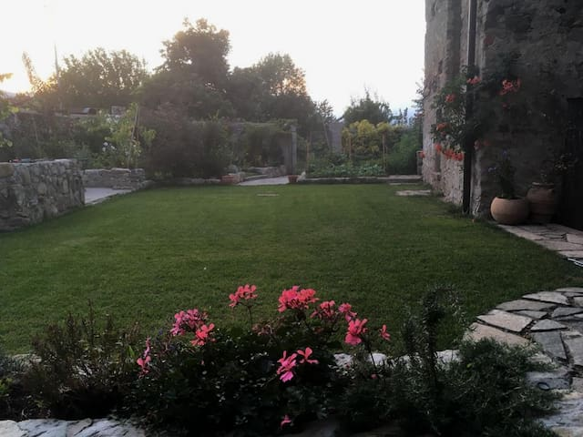 Refined spacious appartment /220 sqm walled garden