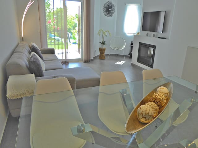 Luxury 3 Bedroom Apartment, Pool  Garden Views, Clube Albufeira near Old Town