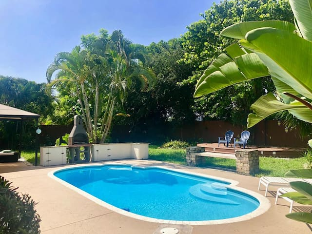 Stunning 4 Bdrm Private Pool Home - Palm Beach