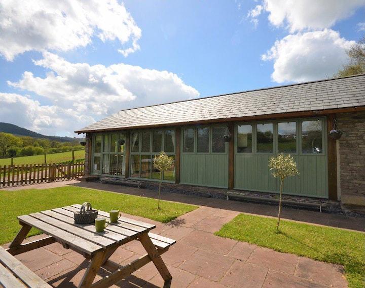 Rural luxury retreat with hot tub in Llangwm, Usk