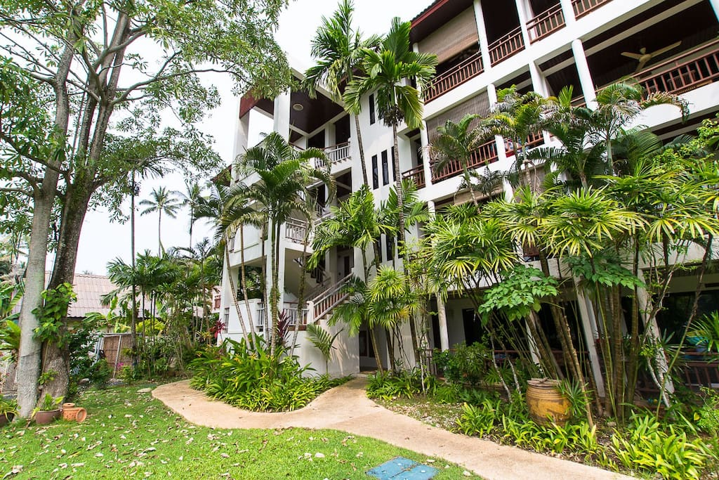 If being close to the beach is important then this 2 bed really spacious Condo is for you.
