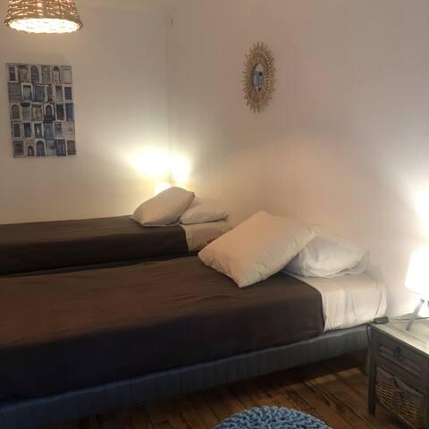 Chambre avec deux lits simples