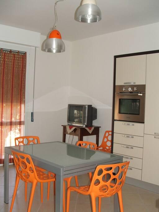 Nella cucina è predisposta la zona pranzo con TV e divano