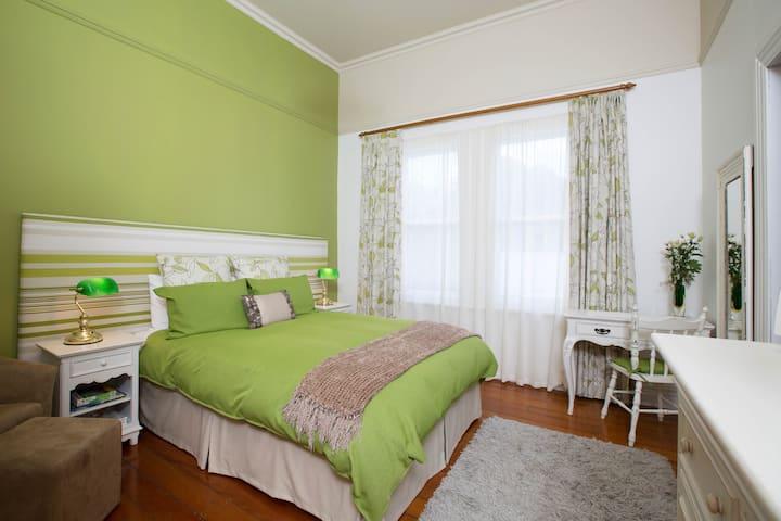 Lovell Suite, Tairoa Lodge, Hawera