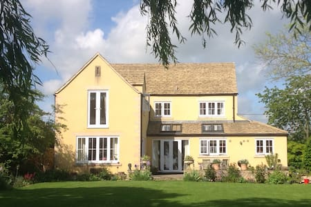 B&B in Twin room with en-suite near  Malmesbury