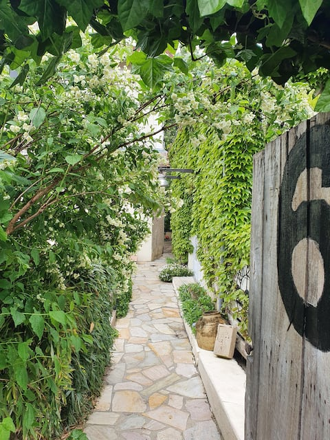 Studio with garden to share (15 minutes from Paris)
