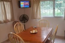 Comedor amplio e iluminado. Televisor con DirectTV y ventilador. Wifi