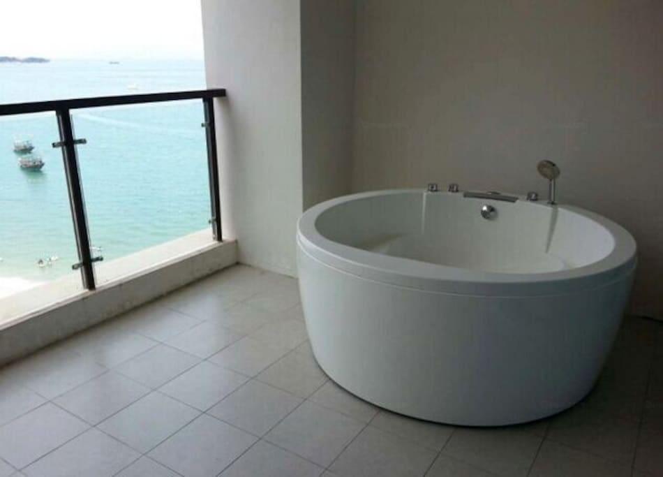 阳台的浴缸