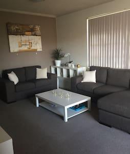 Friendly 3 Bedroom Apartment - Monterey - Lägenhet