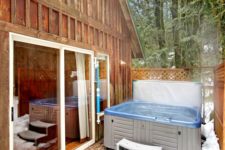 Charming dog-friendly cabin close to riverfront w/private tub