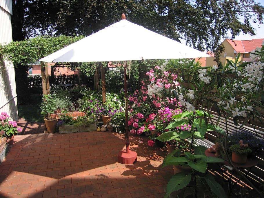Terrasse und Garten - hier gibt es auch Tisch und Stühle