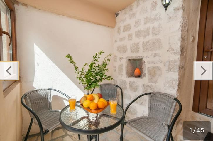 Cozy 1BD apartment 150m from old town