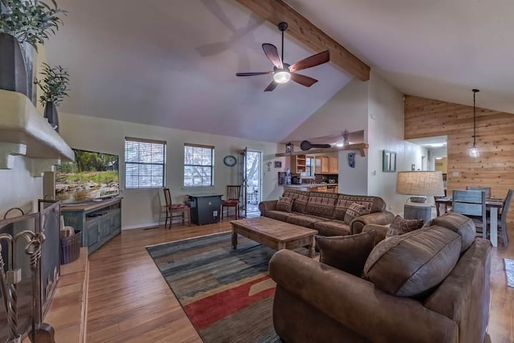 Tomahawk Hill Chalet: ADORABLE, 2 Bedrooms with a Hot Tub AND a Video Game Table