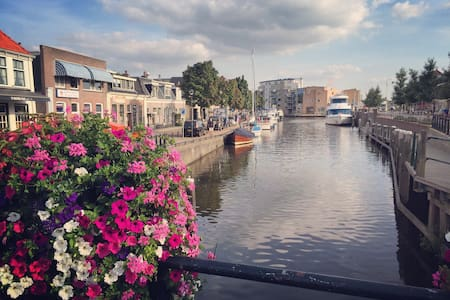 Complete canalhouse in centre of Sneek, 3 bedrooms - Ház