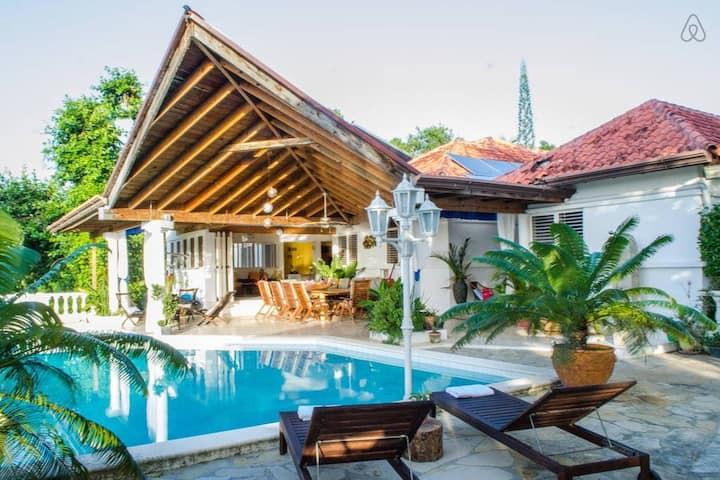 Colonial Villa Master Bedroom +private bath/tub