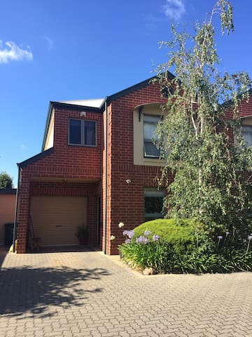 Comfortable 3 b.r. townhouse close to city. - Payneham - Apartamento