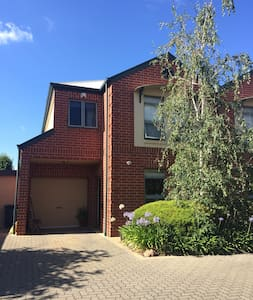 Comfortable 3 b.r. townhouse close to city. - Payneham