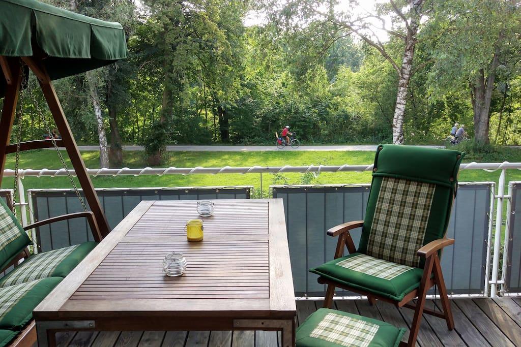Balkon mit Sicht aufs Flußufer