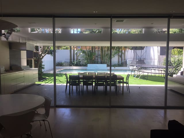 Chic Family Beachside House with Pool, Spa - Bronte - Rumah