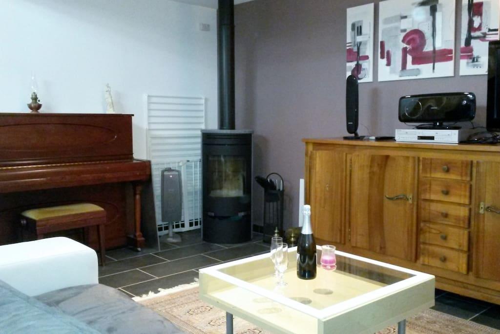 Un autre côté du coin salon avec le poêle, très agréable en hiver!