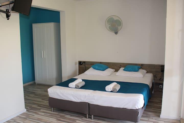 Ruime kamer met comfortabel bed (180x200 cm) en voorzien van alle gemakken