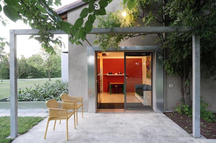 Suite rossa, immersa in un parco vicino a Faenza