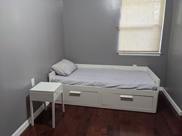 Private room (Female only) - 10 min to Manhattan